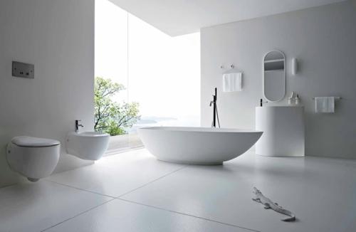 weiße Farbe im Badezimmer badewanne wandspiegel waschbecken