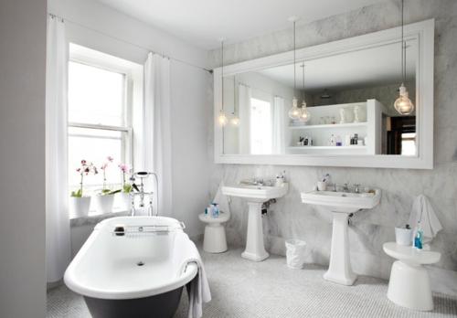 weiße Farbe im Badezimmer badewanne waschbecken glühbirne hängend