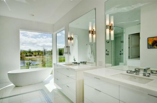 weiße Farbe im Badezimmer badewanne waschschrank wandspiegel