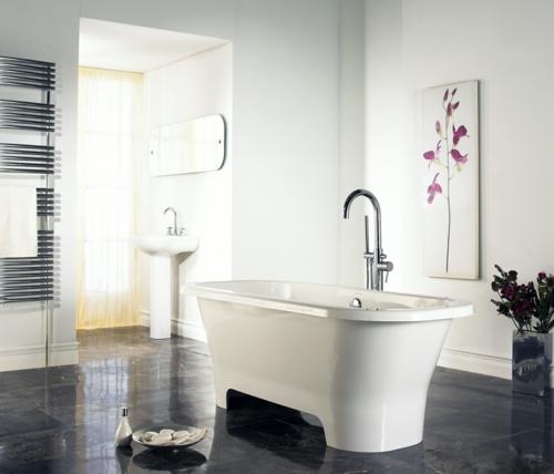 weiße Farbe im Badezimmer badewanne wasserhahn fliesen