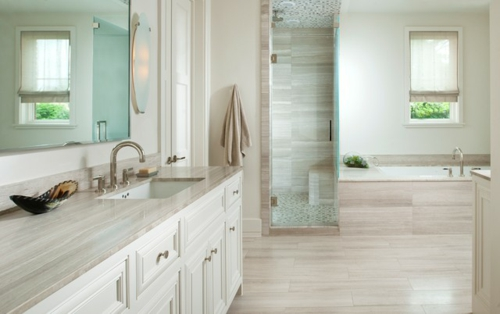 weiße Farbe im Badezimmer graue oberflächen badetücher