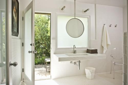 weiße Farbe im Badezimmer spiegel rund waschbecken hinterhof