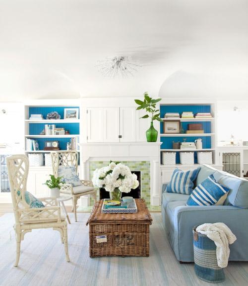 wohnzimmer mit strand flair meeresblaue töne grasgrüne fliesen am kamin