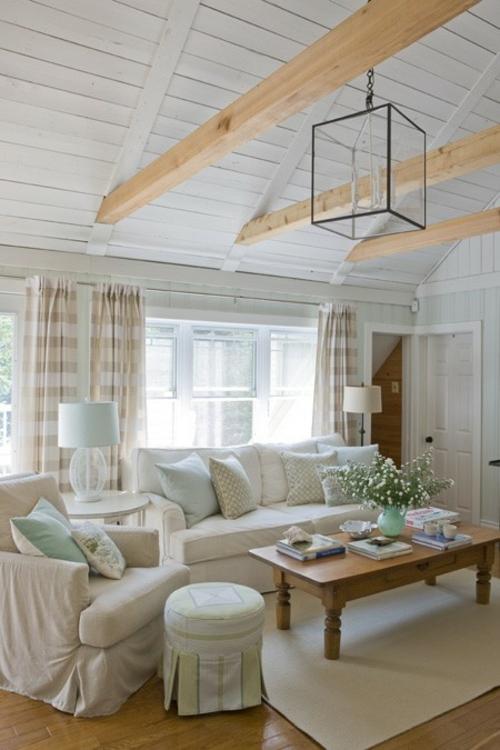 wohnzimmer mit strand flair offene deckenbalken aus hellem holz