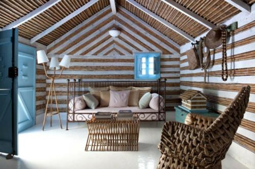 wohnzimmer mit strand schmiedeeisenbett und bambus