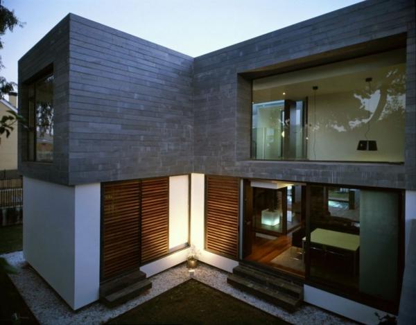 zeitgenössische luxus doppelhäuser kieselsteine und gras am eingang