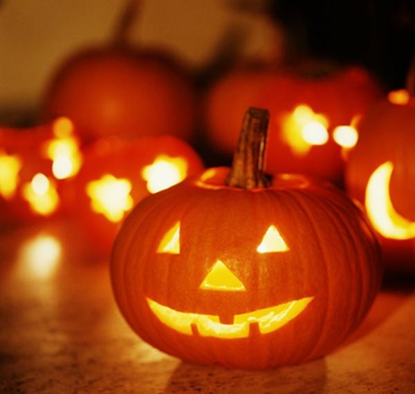 Coole Halloween Deko Ideen kürbisse wohnung fest originell orange farbe kerzen