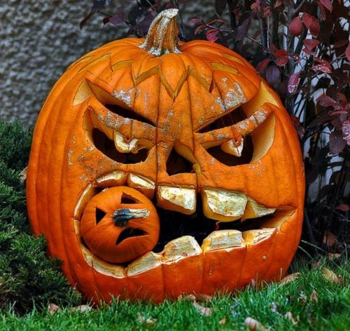 Coole Party Dekoration im Garten zu Halloween böse kürbisse