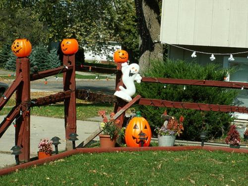 Coole Party Dekoration im Garten zu Halloween kürbisse bemalt gesicht