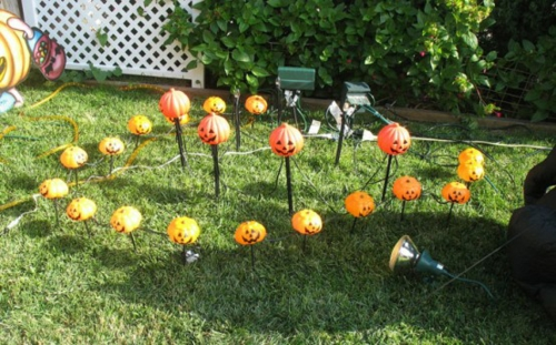 Coole Party Dekoration im Garten zu Halloween kürbisse grasfläche