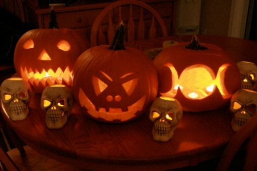 Coole Party Dekoration im Garten zu Halloween kerzen glühend