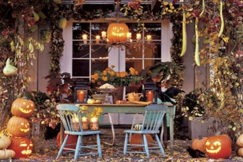 Coole Party Dekoration im Garten zu Halloween reich verziert sitzecke