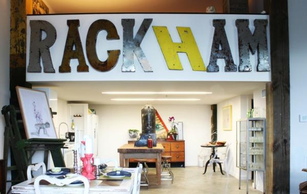 Eklektisches Interior Design in einer Loft Wohnung atelier holztisch massiv