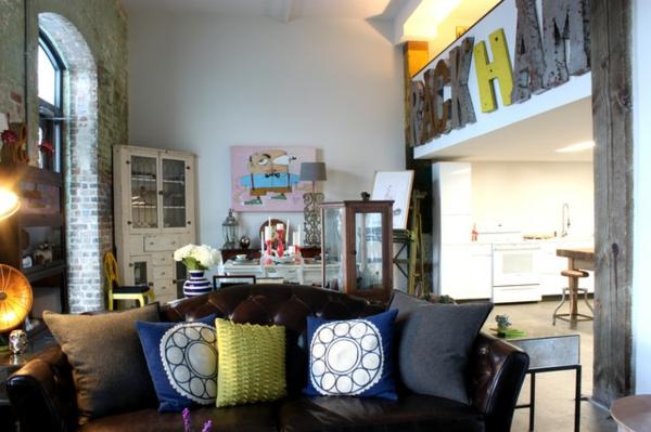 Eklektisches Interior Design in einer Loft Wohnungwohnzimmer ledersofa new orlians