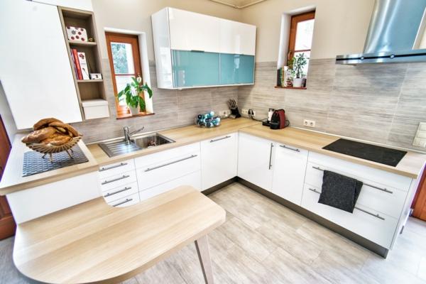 Extravagantes Apartment mit maßgefertigtem Interior Design arbeitsplatte holz