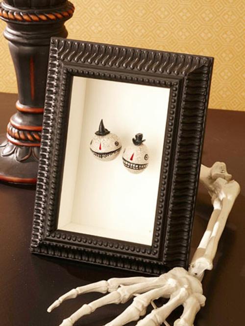 Dekoideen zu Halloween bilderrahmen arm skeleton
