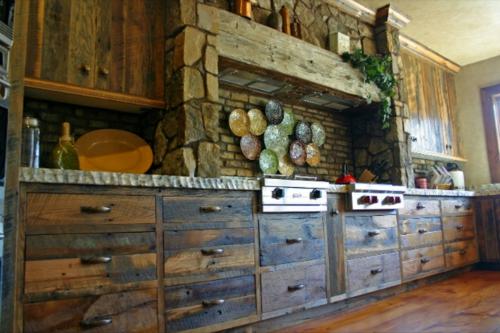 Küchen Design mit eingebautem Grill rustikal massiv schubladen ziegelwand