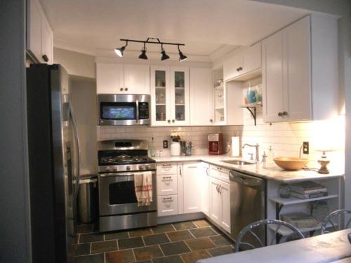 Kompakte Küchen Einrichtungen Kühlschrank Glanzvoll Beleuchtung Fliesen Weiß