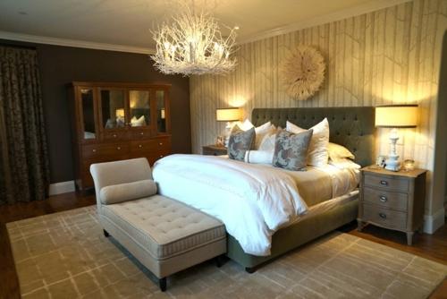 Kronleuchter im Schlafzimmer doppelbett liege braun kleiderschrank spiegel
