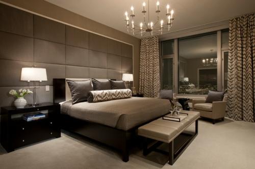 Kronleuchter im Schlafzimmer dunkles ambiente tischlampen bettwäsche