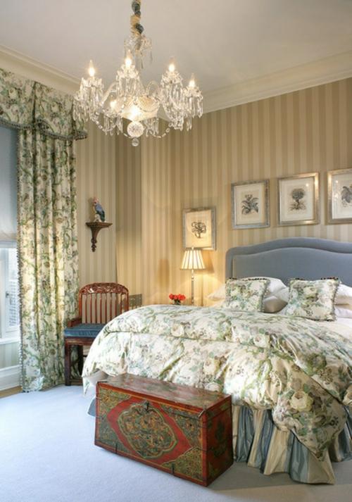 Kronleuchter im Schlafzimmer gestreift wände gardinen blumen muster nachttisch