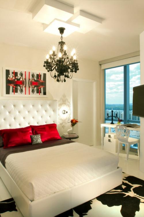 Kronleuchter-im-Schlafzimmer-rote-seide-kopfkissen-weiß-kopfteil-polsterung