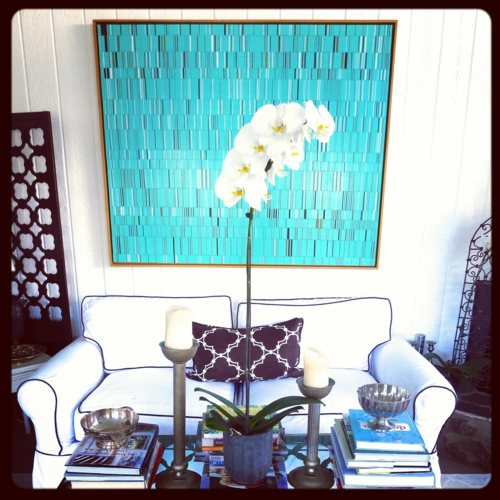 Kunstvolles cooles Wohnzimmer einrichten sofa blau sitzkissen rund sam