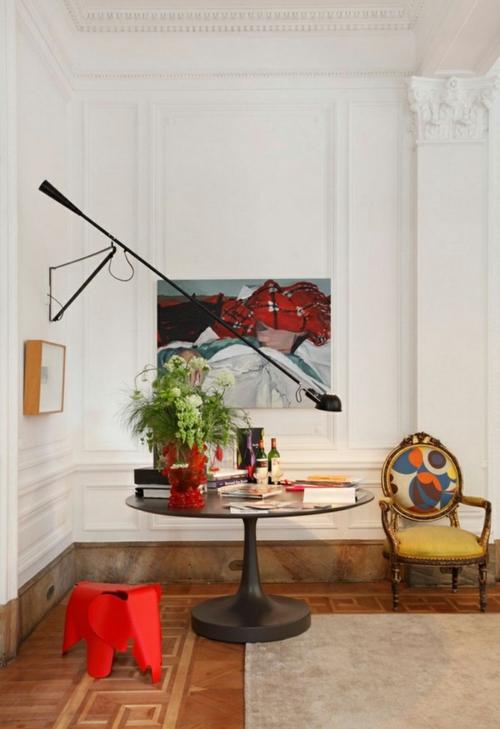 Kunstvolles cooles Wohnzimmer einrichten sofa blau sitzkissen rund samt Wohnzimmer einrichten modern ornament wandgestaltung weiß