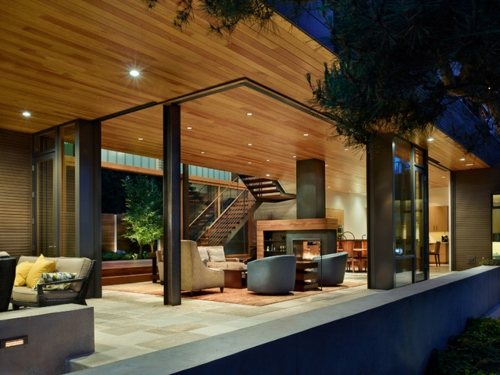 Moderne Terrasse gestalten holz gartenmöbel treppe geländer