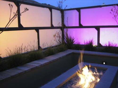 Origineller Sichtschutz im Garten landschaft beleuchtung sitzbank feuerstelle