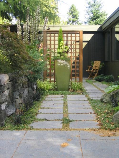 Origineller Sichtschutz im Garten landschaft gitter holz zaun pflasterweg
