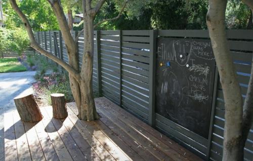 Origineller Sichtschutz im Garten landschaft holzplatten bäume