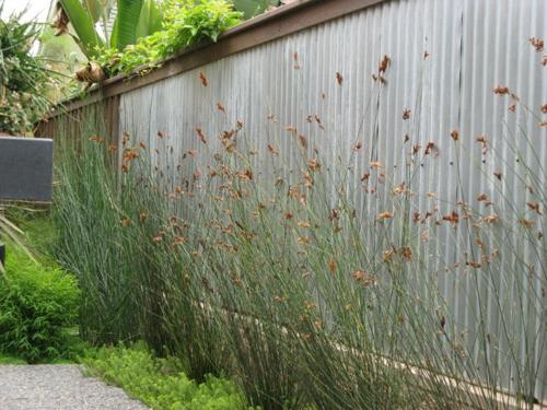 Origineller Sichtschutz im Garten landschaft metall gartenzaun