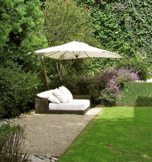 Origineller Sichtschutz im Garten landschaft sonnenschutz rattan möbel