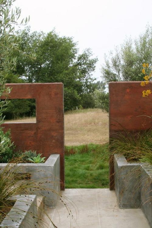 Origineller Sichtschutz im Garten landschafz massiv holz