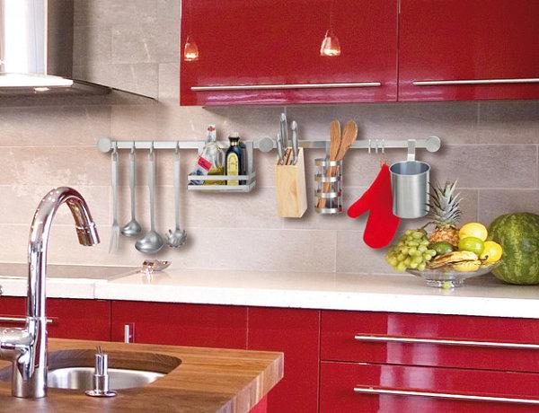 Küchenzubehör als Dekoration glanzvoll küche rot