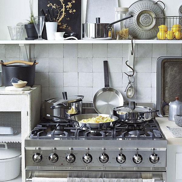 Praktisches Küchenzubehör als Dekoration kochtopf fliesen wand pfannen