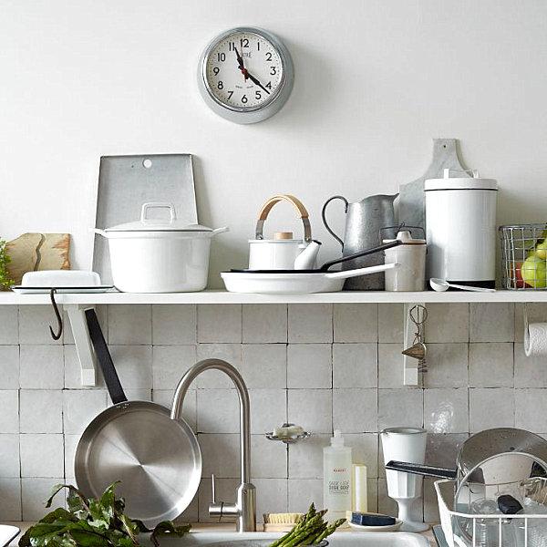 Küchenzubehör als Dekoration regale töpfe pfannen