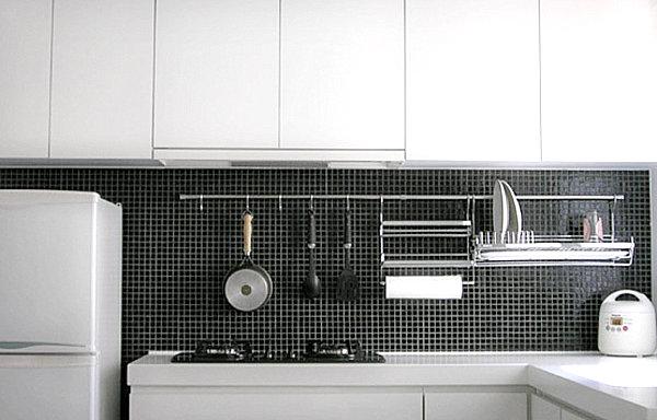Praktisches Küchenzubehör als Dekoration weiß einrichtung mosaik rückwand