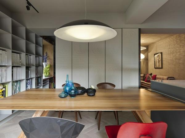 Schönes Apartment mit großartiger Wohnfläche essbereich drehtüren holztöne