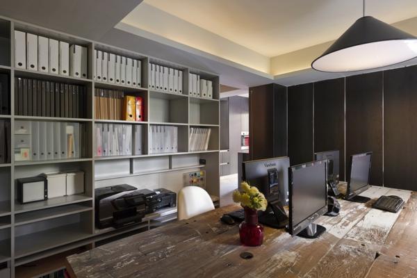 Schönes Apartment mit großartiger Wohnfläche offene regale bücher