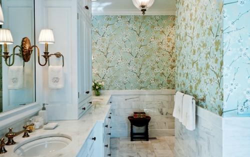 Wandgestaltung mit schönen Tapeten badezimmer muster blumen wandlampe