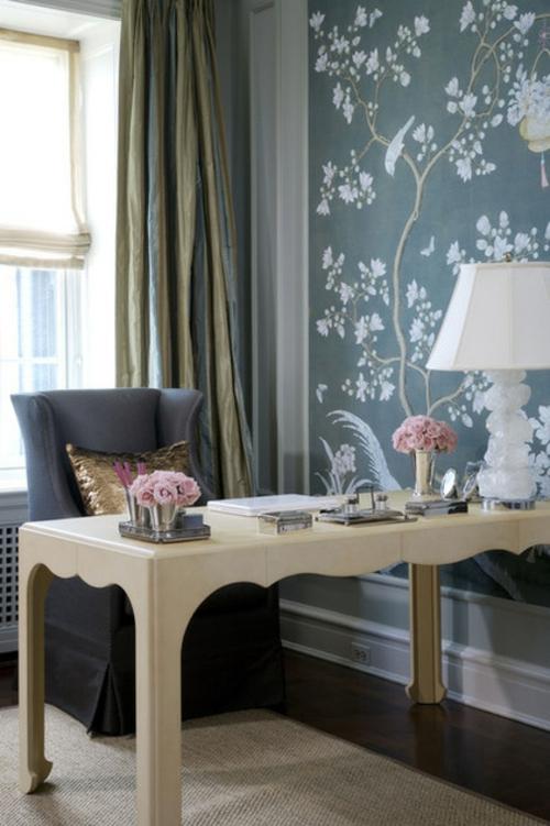 Wandgestaltung mit schönen Tapeten blumenmuster tischlampe büro