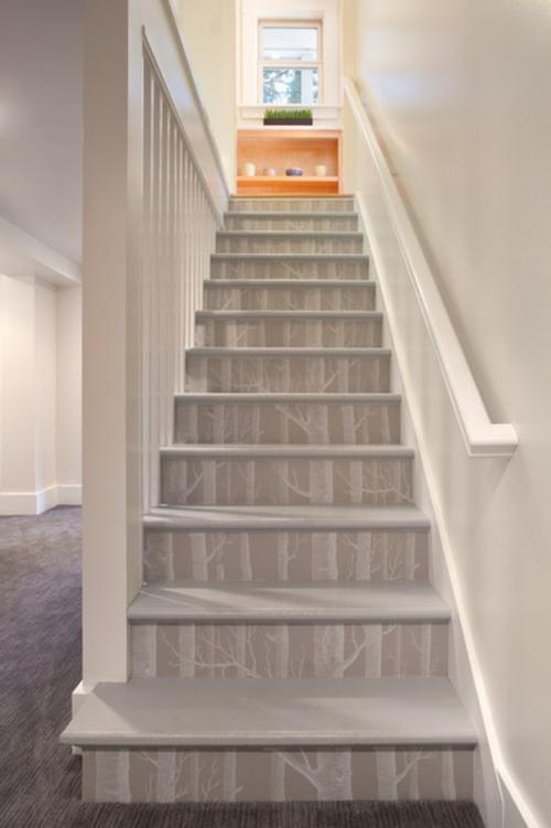 Wandgestaltung mit schönen Tapeten treppe monochromatisch stil weiß geländer