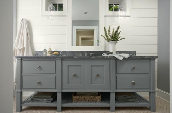 badezimmer design mit fliesen grau und weiß mit wandspiegel
