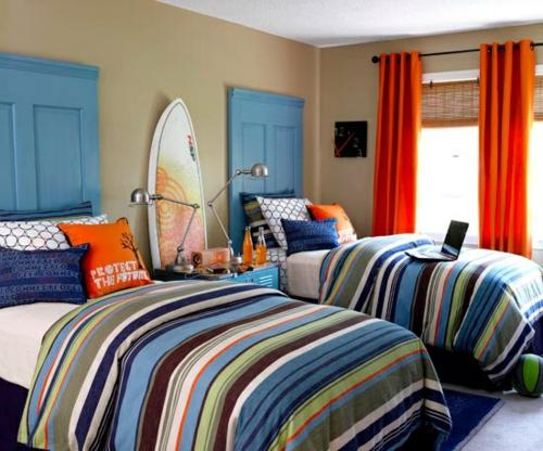bett kopfteil matratze fensterladen gestreift bunt blau nuancen türen