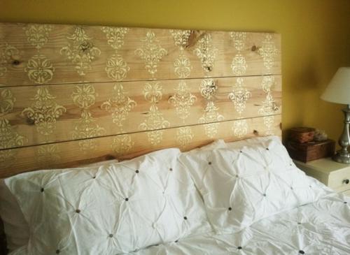 bett kopfteil matratze holzplatten blumenmuster streichen bettwäsche weiß