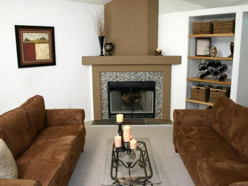 coole deko ideen für kamine modern samt sofas mosaik oberfläche