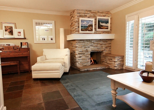gemütliches wohnzimmer einbaukamin stein liege ergonomisch weiß leder