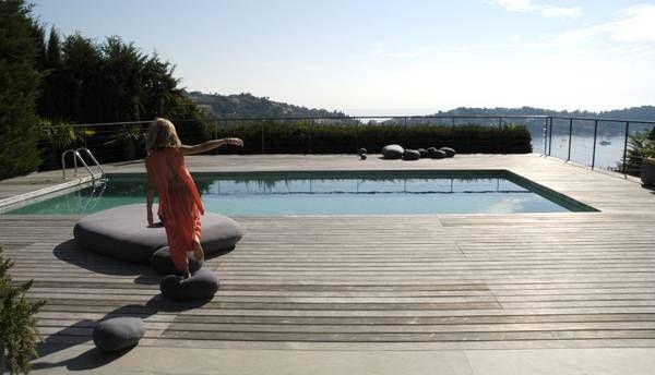 couchtische und stylische dekoration kissen am pool